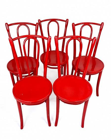 cinco sillas rojas